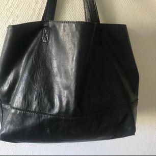 Rymlig väska med stort fack i mitten. Ej riktigt skinn :-)
