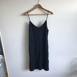 Så söt klänning med tunna band, prislapp kvar.