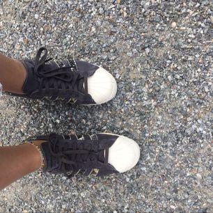 Säljer dessa skitsnygga adidas originals skorna som endast kommit t användning en gång. Nyskick. Köpare betalar frakt och tar endast swish. (Pris kan diskuteras). Strl 40 men små så skulle säga mer 39.