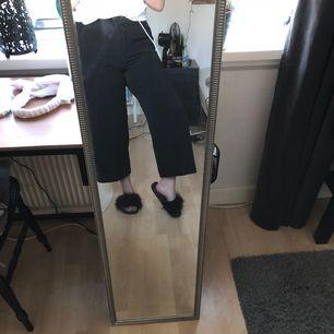 Säljer dessa jättefina kostymbyxor som tyvärr aldrig kommer till användning, som därför är anledningen till att dom säljs! Jättefint skick, knappt använda! Kan mötas upp i Motala eller fraktas. Eventuell fraktkostnad kan tillkomma. Tar endast swish!