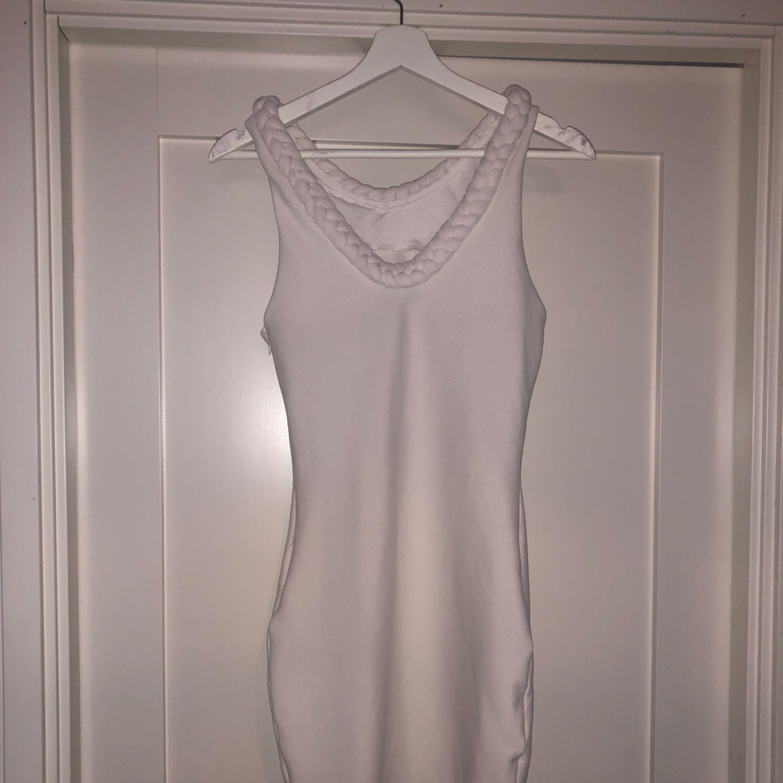 ... Tight vit klänning från BIKBOK. 💛 snygg flätad detalj både ibak   fram  på klänningen 0292c05d5f081