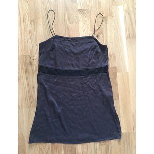 Snyggaste klänningen från Zara! Strl M men kan passa en S också! 80cm lång. Nytt skick! Har legat nedpackad, därav lite skrynklig
