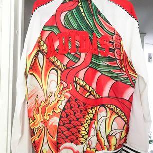 Gaaaash! Älskar egentligen den här så mycket but this bitch needs money😖😘 Adidasjacka från Rita Oras kollektion. Sparsamt använd🌟