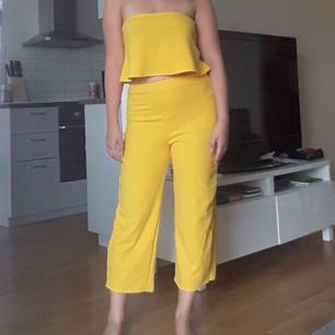 Matchande gult set i storlek s, men är väldigt stretchigt. Oanvänt och säljer detta då det inte kommit till användning. Är 163cm och detta är hur det sitter på mig, byxorna är i lite kortare modell. Kan mötas i Uppsala eller frakta, köparen står då för frakt 😌