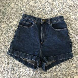 Blå jeansshorts från American Apparel, storlek 28. Har endast använts ett fåtal gånger. Frakt är inräknat i priset.