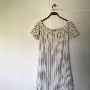 Klänning från Pull&Bear, storlek S. Kan has off shoulder. Jag är cirka 170 cm lång, om du vill ha en referensram för klänningens längd. Pris + frakt, som köparen står för