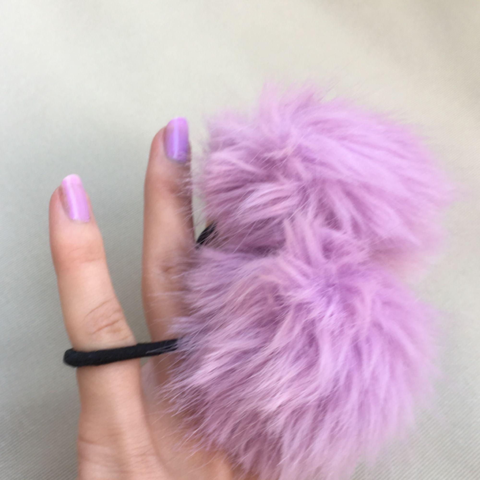 två gulliga hårband med lila pompoms. fint skick!. Accessoarer.