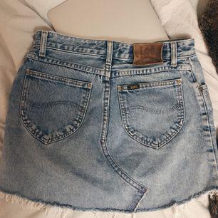 Superfin vintage jeanskjol från Lee, skulle uppskatta den till storlek S. Skriv för fler frågor!✨✨