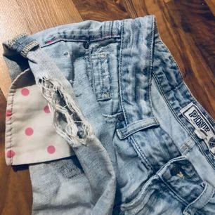 Victoria secret ljusa slitna jeansshorts small w27 gulligt rosaprickigt foder