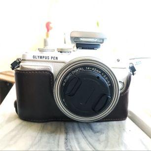 - Olympus PL-7 i beige - Fodral som är fastskruvat på kameran ( går att ta bort) - Batteriladdare - Linsskydd - Pancake objektiv M Zuiko 14-42mm 1:3,5-5,6   Köpt för 4490:- och använd vid 3 tillfällen.  Allt tillsammans har kostat ca 7500:-