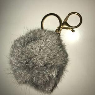 Pälsboll med nyckelring. Aldrig använd! 💌