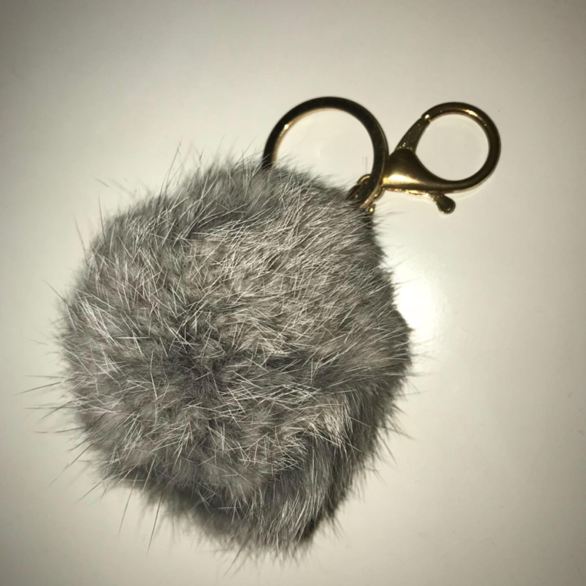 Pälsboll med nyckelring. Aldrig använd! 💌. Accessoarer.