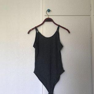 Randig body från Primark, storlek 36, med knäppning och lite lägre rygg. Aldrig använd. Pris + frakt, som köparen står för