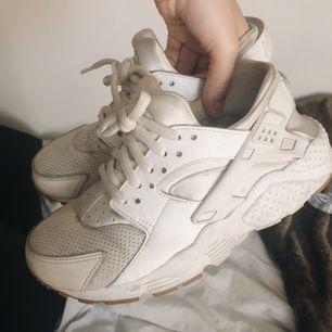 Vita Nike huaraches med fina lite glittriga skosnören. Säljer dom billigt då de gått sönder på ett ställe, men går säkert att laga (bild 2). Annars är dom bara lite smutsiga men i bra skick! Står storlek 37,5 i dem men dom passar storlek 36. ✨✨