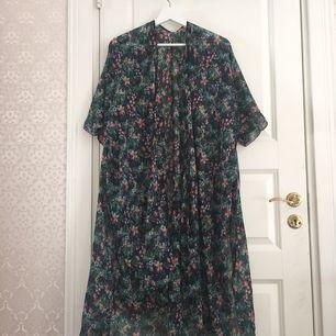 Blommig grön & rosa kimono/tunika