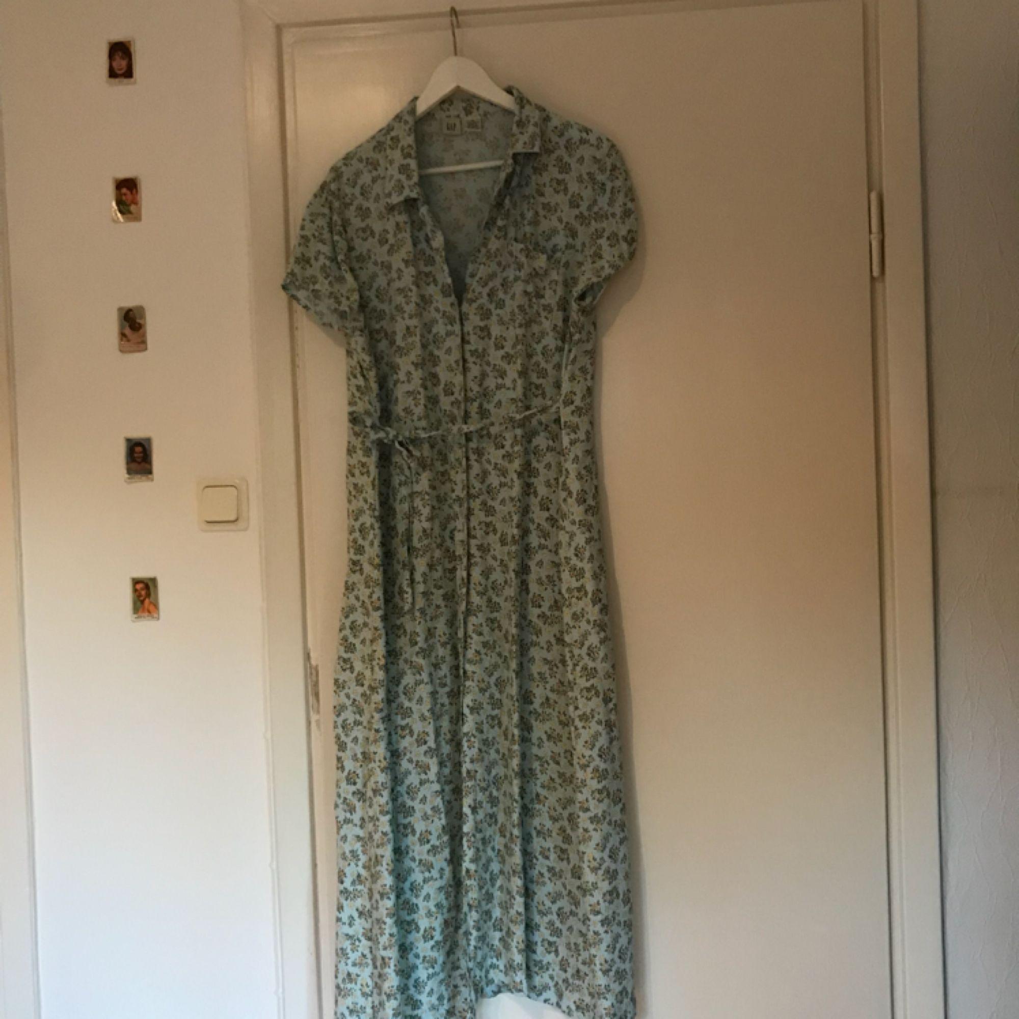 En såå fin klänning i gammal stil, babyblå med blommor över klänningen. Klänningen knyts i midjan men har även knappar.🦋. Klänningar.