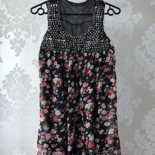 Blommig kort chiffong klänning/tunika. Lite trasig se bild 3. Annars bra skick. 80cm från axel
