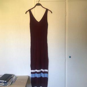 Ribbad, vinröd långklänning från H&M, storlek XS. Ränder, samt slitsar på båda sidor. En liten tråd har lossat från ena axelbandet (bild 3),  men det borde inte vara någon fara! pris + frakt, som köparen står för