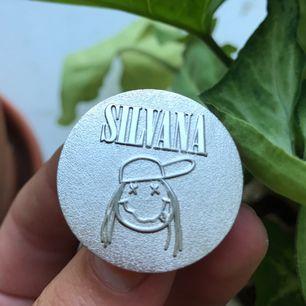 Asfet Silvana Imam-pin som passar perfekt på jeansjackan osv!! Silvrig och skimrar, köptes sep 2017 på plats när Silvana hade en lokal med konst osv i Sthlm. Priset är inkl frakt, skynda fynda!!⚡️💥✨🔥🌟