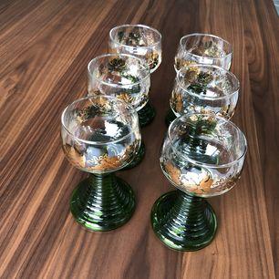 6st retro vinglas från 1970-tal. Remmare med grön fot och guldfärgade vinrankor. Mycket fint skick, endast samlarobjekt sedan 1990 och därför sparsamt använda.