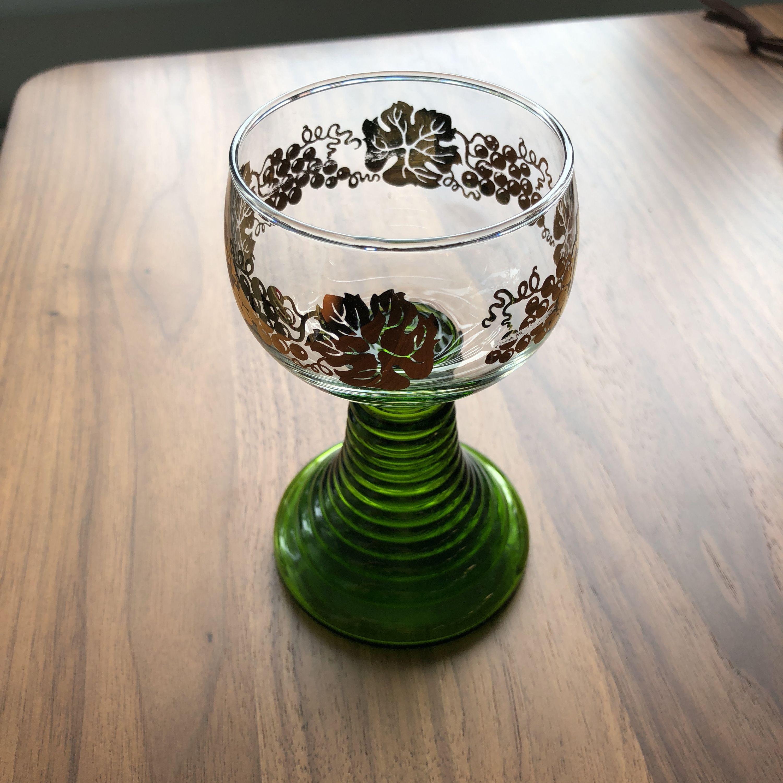 6st retro vinglas från 1970-tal. Remmare med grön fot och guldfärgade vinrankor. Mycket fint skick, endast samlarobjekt sedan 1990 och därför sparsamt använda.  . Övrigt.