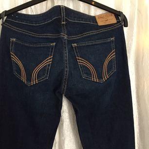 Hollister bootcut jeans i storlek 26/33. Aldrig använda.
