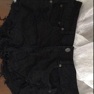 Svarta slitna jeansshorts från American Eagle i Strl 4(S)