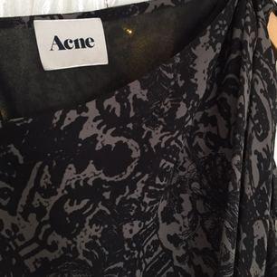 Säljer min acne klänning i storlek 34.