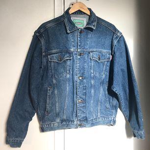 Säljer en vintage jeans jacka som är från det italienska märket CASUCCI jeans. Den är klassisk i 80 tals tvättad blå jeans färg. Den är i perfekt skick och har aldrig kommit till användning.  Sleeves: (from collar): 80 cm / 31,49  Length: 63 cm / 24,80