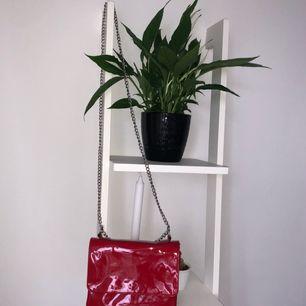 Röd lackerad väska från Monk! 30 kr frakt tillkommer 💃