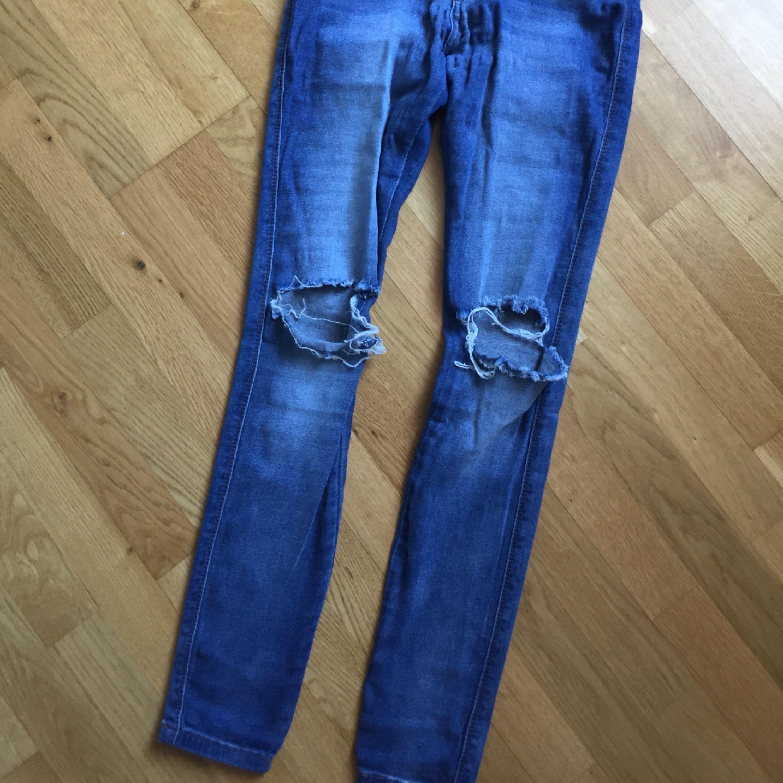 Dr.denim byxor med slitningar i knäna. Använda en gång. Passar en storlek S eller M. . Jeans & Byxor.