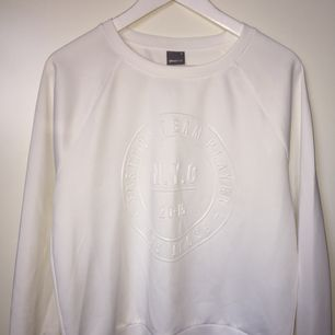 Vit tröja med tryck ifrån Gina Tricot, passar en s/m. Använd en gång.