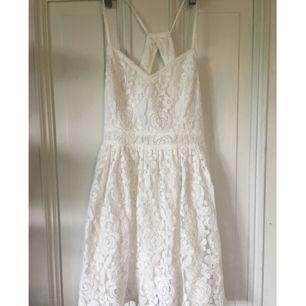 En klänning från Abercrombie & Fitch, använd 2 gånger. Den är hyfsat kort så passar nog bra för någon lite kortare. Tar swish✨