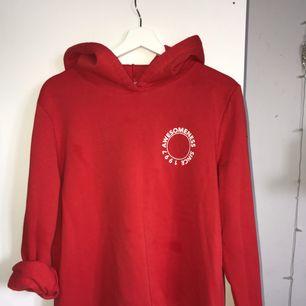 Röd hoodie använd ett fåtal gånger🌟 köparen betalar frakt!