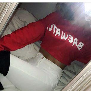 Cool röd cropped sweatshirt med baewatch tryck🌟 köparen betalar frakt!