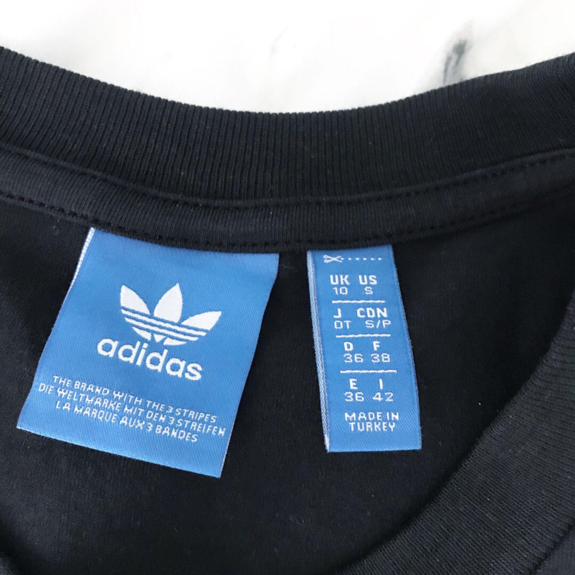 Svart adidas croptop  Aldrig använd, endast när bilden togs (på min lillasyster). Helt i nyskick!  Strl: S | är som xs i storlek.   Tar endast emot swish!. T-shirts.