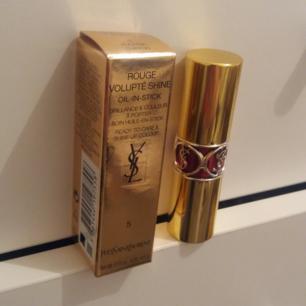 YSL, Yves Saint Laurent, Rouge Volupté Shine Lipstick #5  Fuchsia In Excess / Fuchsia Chiffon.  Oanvänd.  Äkta ysl, köpt på kicks. Nypris: cirka 360 kr    Jag gör mitt allra bästa för att paketera in med bubbelplast, vadderat kuvert eller låda osv, för att produkten ska vara så säker och hel hos Posten. Däremot ansvarar jag inte för hur posten hanterar brev och paket.