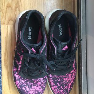 Jag säljer dessa nästan oanvända Adidas boost på grund av fel storlek. De är väldigt lätta och sköna skor. Säljs utan skokartong.