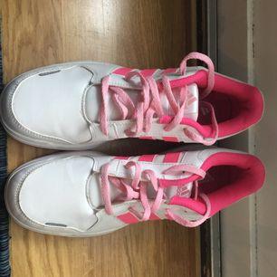 Dessa Adidas skor är oanvända och i väldigt gott skick.
