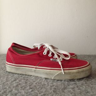 Säljer nu mina fina röda Vans då de ej kommer till användning! 😫 köpta i USA för 650kr, säljes nu för 300 exklusive frakt! Finns att hämta i Skanör/Malmö 🌹