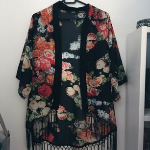 Blommig kimono storlek XS 🌸
