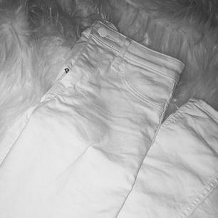 Vita jeans från H&M som är ganska raka i modellen, på mig slutar de rätt ner men är tajta annars. Har du tjockare vader så är den formbar vid anklarna oxå i sånna fall! Annars går det o vika upp, använt ett fåtal gånger