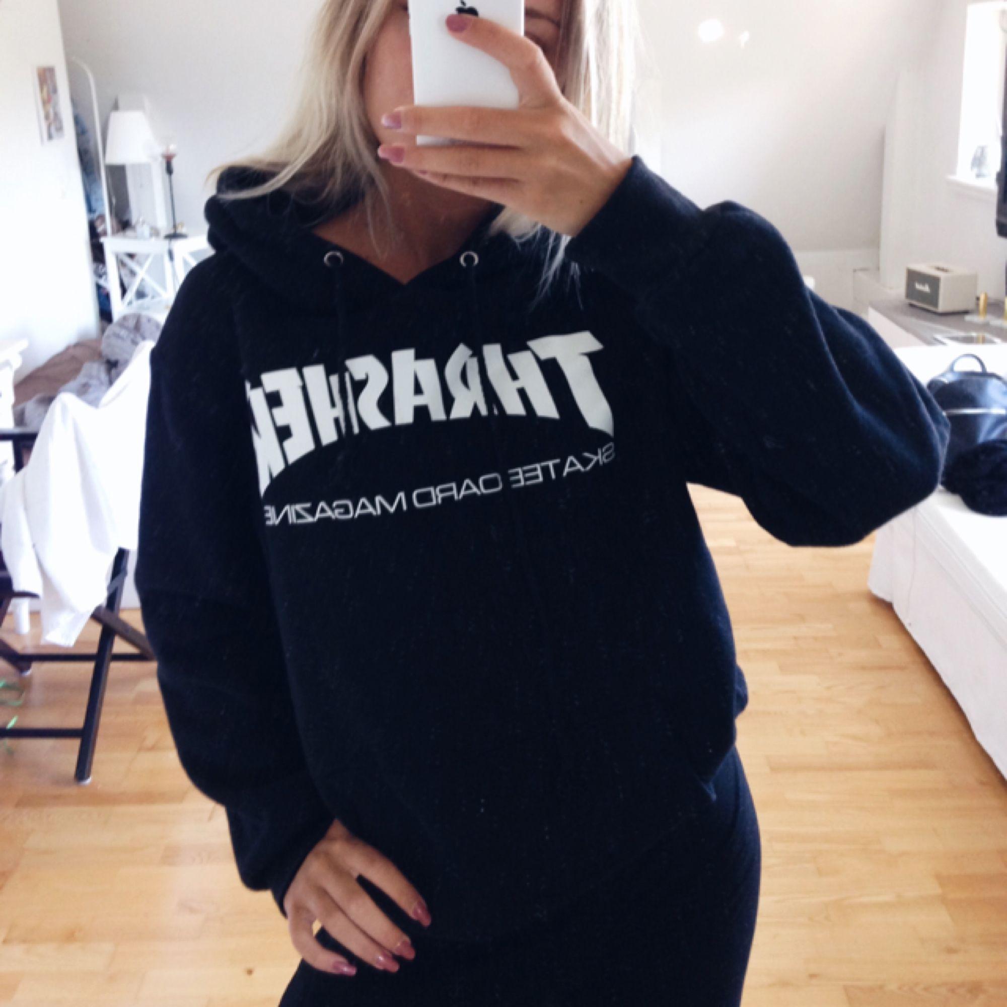 Thrasher hoodie köpt för någon månad sedan, använd fåtal gång därav väldigt bra skick. Den kan även passa M🌸. Huvtröjor & Träningströjor.