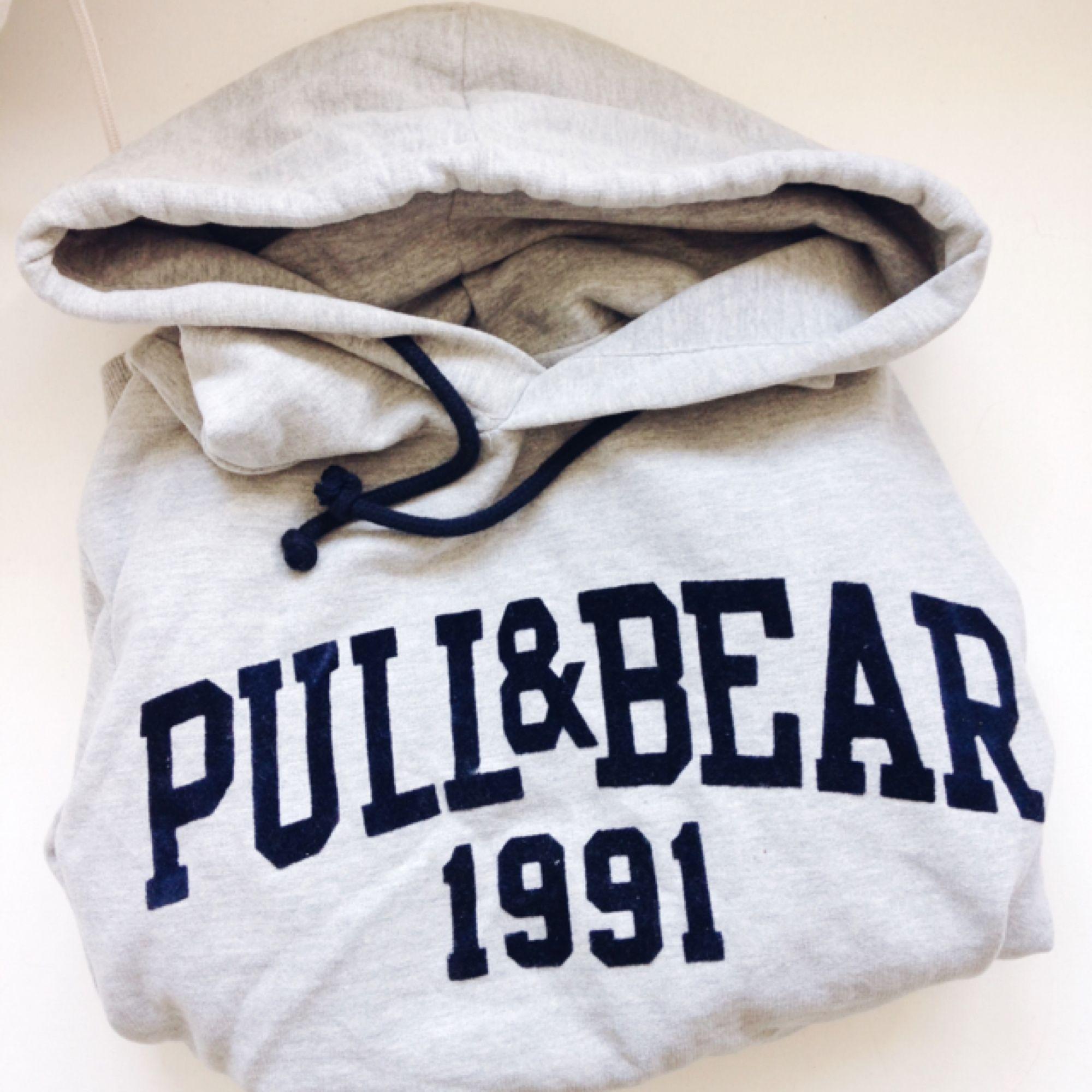 En nästintill oanvänd hoodie från pull & bear. Pris kan diskuteras vid snabb affär. . Huvtröjor & Träningströjor.