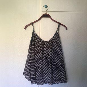 Blommigt linne från Bik Bok, storlek S. Pris + frakt, som köparen står för!