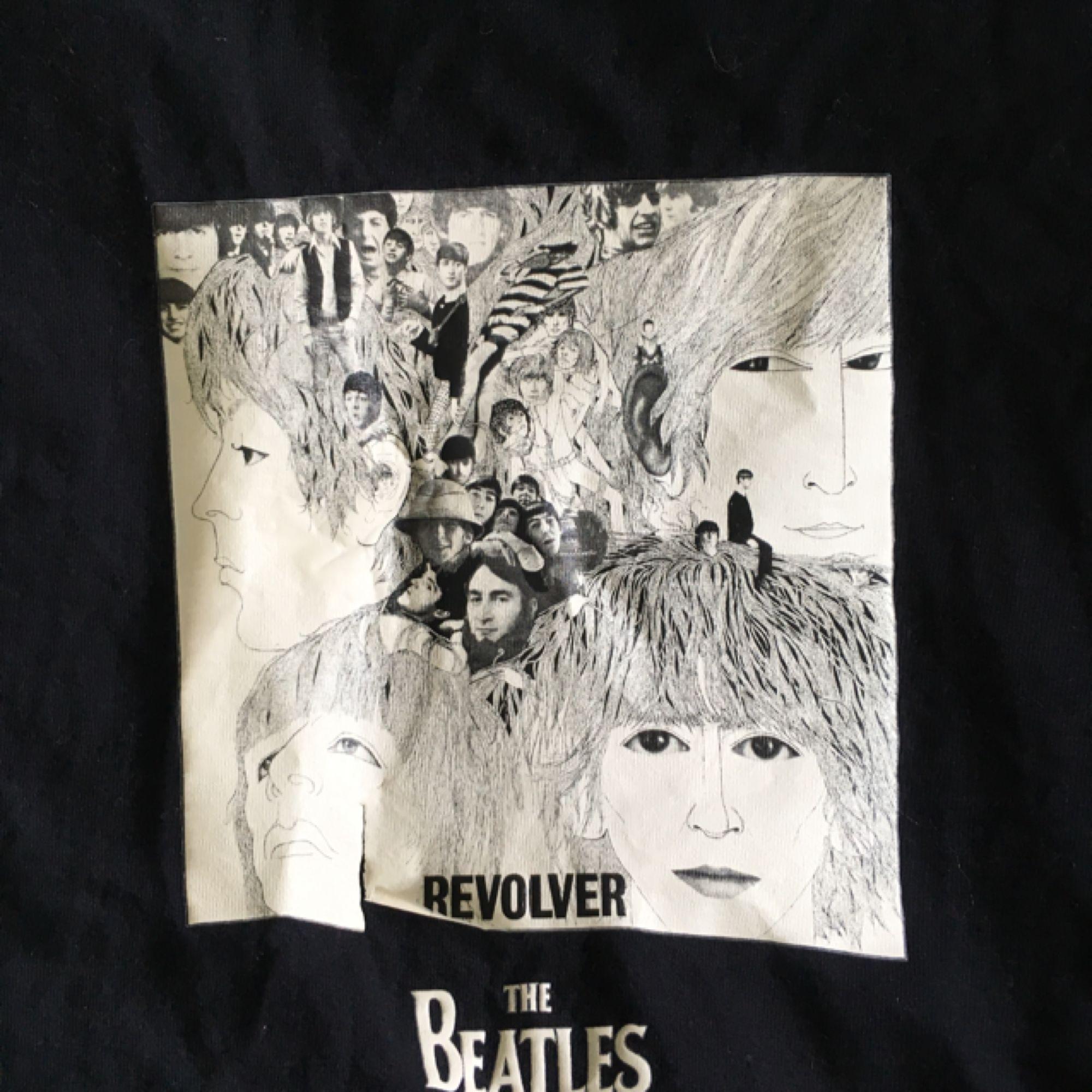 The Beatles-tischa! Fint skick förutom att litet flaw i tryckets nedelkant, se bild två. Original-merch från 2005. Kolla gärna in mina andra plagg!  Edit: flera intresserade - välkomna att buda! . T-shirts.