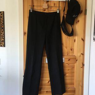 måste sälja mina favoritbyxor eftersom de blivit försmå 😭 svarta raka kostymbyxor med vita/grå ränder. har köpt på second hand så finns inga lappar i dem tyvärr. slutar strax över ankeln på mig, är 175cm lång. köparen står för frakt!