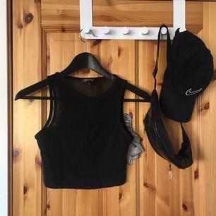 svart croptop med mesh på bröstkorg & rygg. använt mycket tidigare men nu ligger den mest & skräpar i min garderob. annars väldigt bekväm!