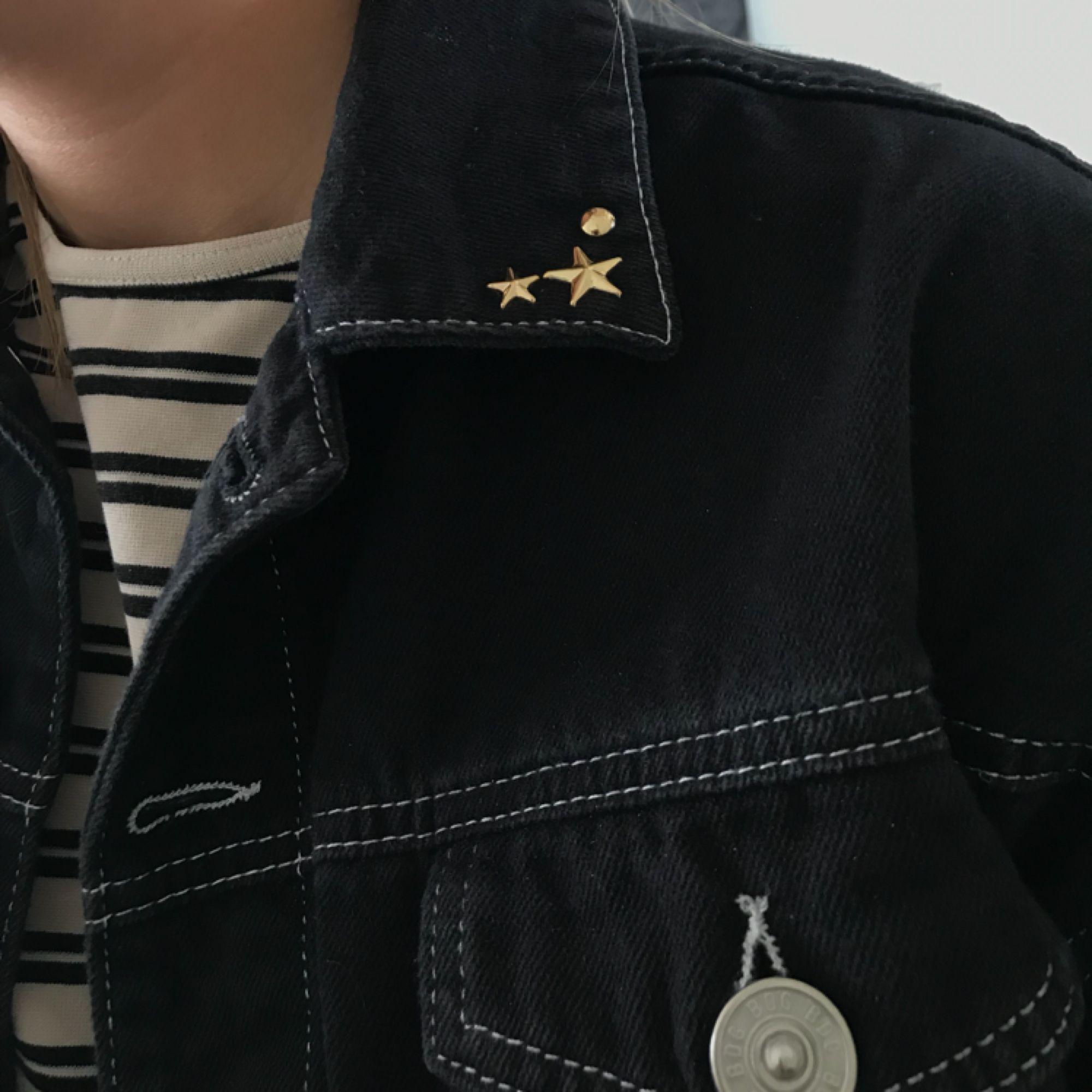 Croppad svart jeansjacka med vita sömmar, säljer pga har liknande! De guldiga nitarna på kragen har jag satt på själv så de är avtagbara! . Jackor.