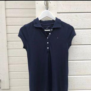 Favvo Marinblå junior klänning med polokrage från Tommy Hilfiger i super bra skick! Storlek: S (12-14 US size) storlek för barn. Frakt: betalas själv om ingen annan överenskommelse eller plan för mötesplats.